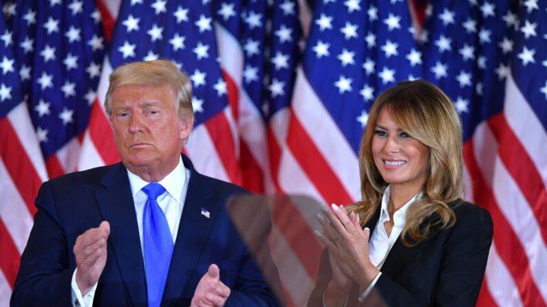 도널드 트럼프 미국 대통령의 부인 멜라니아 여사가 지난 4일 백악관에서 트럼프 대통령의 연설 뒤 함께 손뼉을 치고 있다. | 워싱턴=AFP, 연합뉴스
