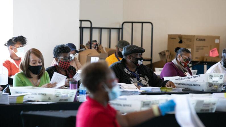 미국 조지아주 최대 인구 밀집지역인 풀턴 카운티 개표소가 마련된 애틀랜타시 스테이트 팜 아레나 센터에서 선거 사무원들이 개표하고 있다. | Jessica McGowan/Getty Images