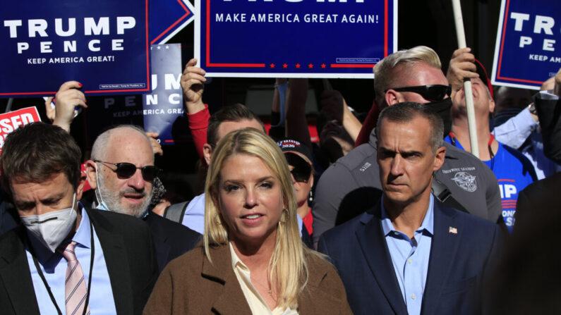 팜 본디 전 플로리다 법무장관(가운데)이 펜실베이니아 컨벤션센터 앞에서 연설하고 있다.   KENA BETANCUR/AFP via Getty Images=연합뉴스