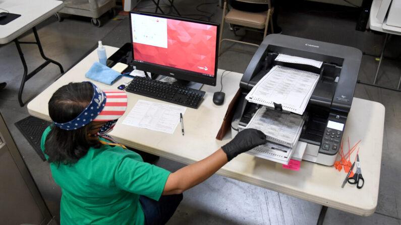 지난 7일(현지시각) 미국 네바다주의 한 개표소에서 선거 사무원이 우편투표를 개표하고 있다. | Ethan Miller/Getty Images