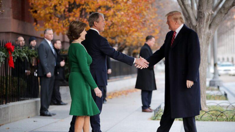 조지 부시 전 대통령(왼쪽) 부부와 도널드 트럼프 대통령. 2018.12.4 | Chip Somodevilla/Getty Images
