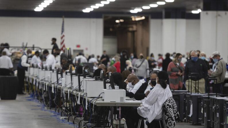 11월 4일(현지시각) 미국 미시간주 디트로이트 TCF 센터에 마련된 중앙개표소에서 선거 사무원들이 부재자 투표 개표를 돕고 있다.   Elaine Cromie/Getty Images