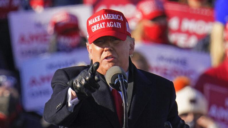 지난 11월 2일 도널드 트럼프 대통령이 펜실베이니아 아보카의 유세장에서 연설 도중 손짓을 취하고 있다. | AP=연합뉴스
