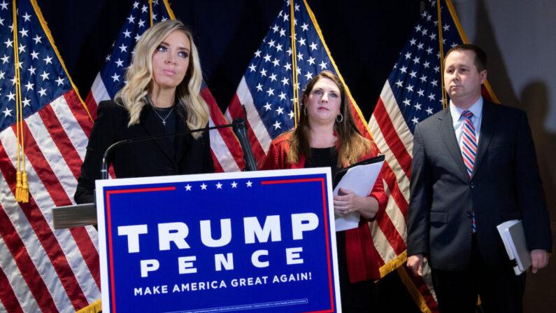 케일리 매케내니 백악관 대변인(맨 왼쪽)이 발언하는 가운데 공화당 전국위원회 로나 맥대니얼 대표(가운데)와 매튜 모건(오른쪽) 트럼프 캠프 법률 고문이 경청하고 있다 | BRENDAN SMIALOWSKI/AFP via Getty Images