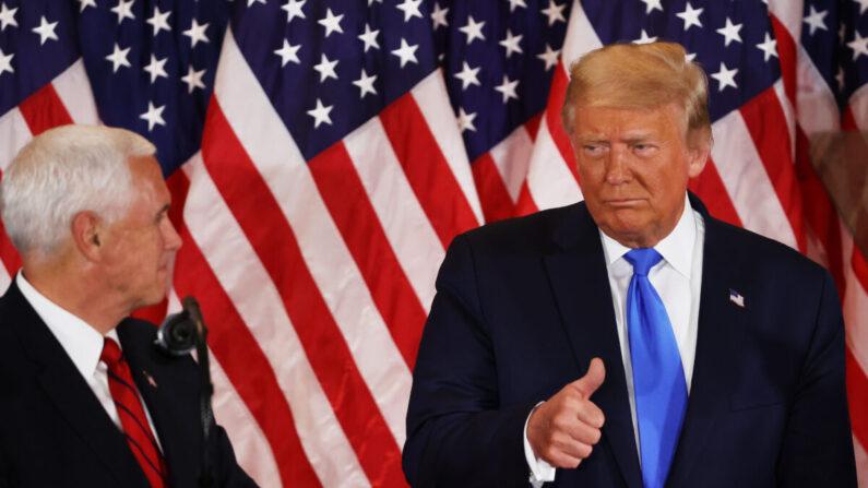 도널드 트럼프 미국 대통령이 2020년 11월 04일 새벽 워싱턴의 백악관 이스트룸에서 마이크 펜스 부통령에게 엄지손가락을 들어 보이고 있다. | Chip Somodevilla/Getty Images