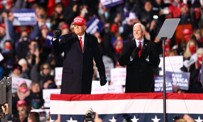 2020년 11월 2일 도널드 트럼프(좌) 미국 대통령과 마이크 펜스(우) 부통령이 미시간주 트래버스시티에서 열린 집회에서 지지자들과 인사를 나누고 있다.  Rey Del Rio/Getty Images