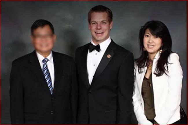 에릭 스왈웰 의원(가운데)과 크리스틴 팡(오른쪽). 팡은 스왈웰이 2012년 한 시의회 의원이던 시절 접근했다.   페이스북
