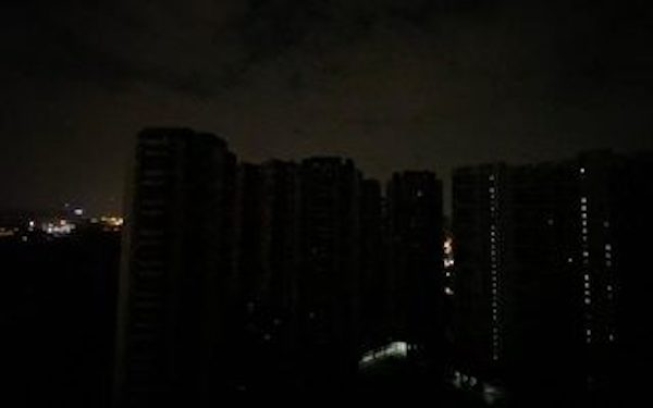 지난 21일 중국 광둥성 광저우 시내가 정전으로 암흑 천지가 됐다. | 웨이보 화면 캡처