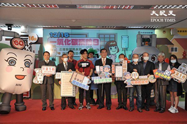 지난 16일 대만 타이베이의 한 소방관련 기념행사 현장. 마스크를 착용한 사람과 그렇지 않은 사람들이 동시에 보인다. 대만에서 마스크 착용은 선택이다. 대만인들은 세계적인 중공 바이러스 확산 속에서도 이전과 비슷한 일상을 유지하고 있다. | 에포크타임스