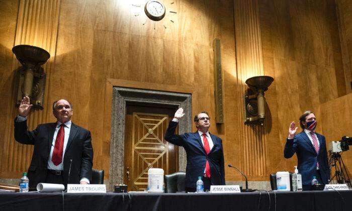 트럼프 법률팀 변호사 제임스 R 트러피스와 제스 비낼, 크리스 크렙스 전 사이버보안·인프라안보국장(왼쪽부터)은 2020년 12월 16일(현지시각)  유권자 부정행위 청문회 증언에 앞서 선서하고 있다. 크렙스 전 국장은 이번 대선이 역사상 가장 안전했다고 말한 바 있다. | Jim Lo Scalzo-Pool/Getty Images