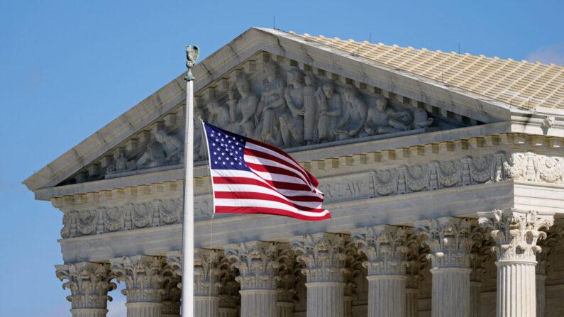 미국 수도 워싱턴DC의 대법원 청사 앞에 성조기(미국 국기)가 걸려 있다. 2020.11.2   AP·연합뉴스
