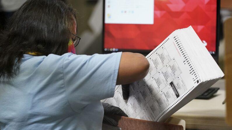 네바다주 클라크카운티에서 진행되는 우편투표 개표작업 | AP·연합