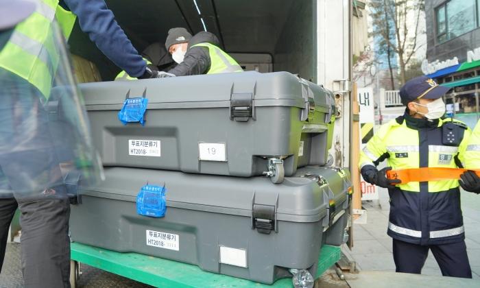 구리선관위에 보관 중이던 4·15총선용 장비들을 과천 중앙선관위 청사로 이송하기 위해 트럭에 싣고 있다. | 사진=이유정 기자/에포크타임스