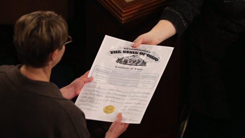 의회 직원이 연방하원의 선거인단 투표 개표결과 인증서를 주고받고 있다. 2013.1.4 | Chip Somodevilla/Getty Images
