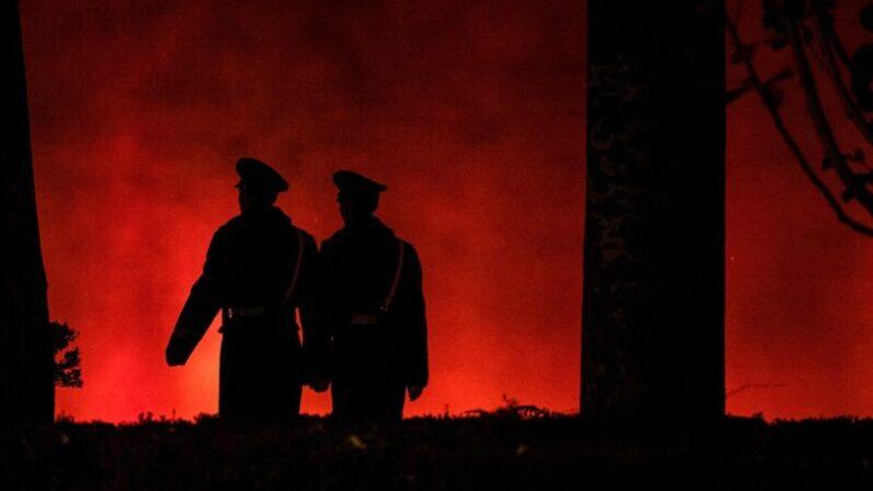 중국 베이징 톈안먼 부근의 붉은 벽을 따라 무장경찰들이 순찰하고 있다. 2019.11.13 | NOEL CELIS/AFP via Getty Images