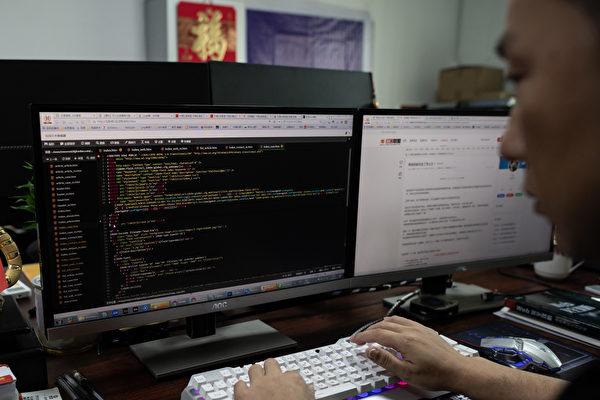 중국 광둥성 둥관에서 중국홍객연합(中國紅客聯盟·Red Hacker Alliance) 소속 한 해커가 컴퓨터를 조작하고 있다. 홍객연합은 중국(공산당)을 위해 자발적으로 활동하는 해커들이다. | NICOLAS ASFOURI/AFP via Getty Images