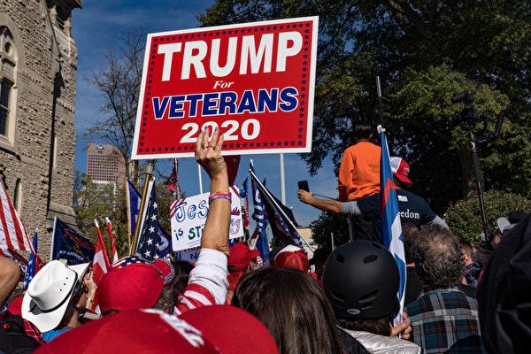 트럼프 지지자들이 조지아주 의회청사에서 '도둑질을 멈춰라'(Stop the steal) 시위를 벌이고 있다. | Megan Varner/Getty Images