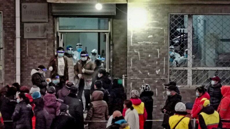 지난 11월 22일 중국 다롄시 주민들이 중공 바이러스 감염증 검사를 받기 위해 몰려 있다. | STR/AFP via Getty Images=연합