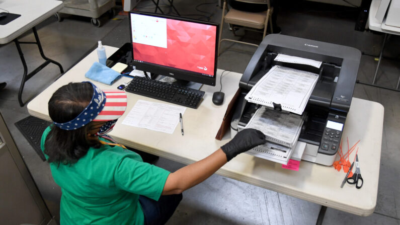 2020년 11월 7일 네바다주 노스 라스베이거스의 클락 카운티 개표소에서 한 사무원이 우편투표 개표(스캔)작업을 진행하고 있다. | Ethan Miller/Getty Images
