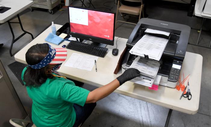 클락 카운티 선거 담당자가 2020 년 11 월 7 일 네바다 주 노스 라스 베이거스에있는 클락 카운티 선거부에서 우편 투표 용지를 스캔하고 있다. | Ethan Miller/Getty Images