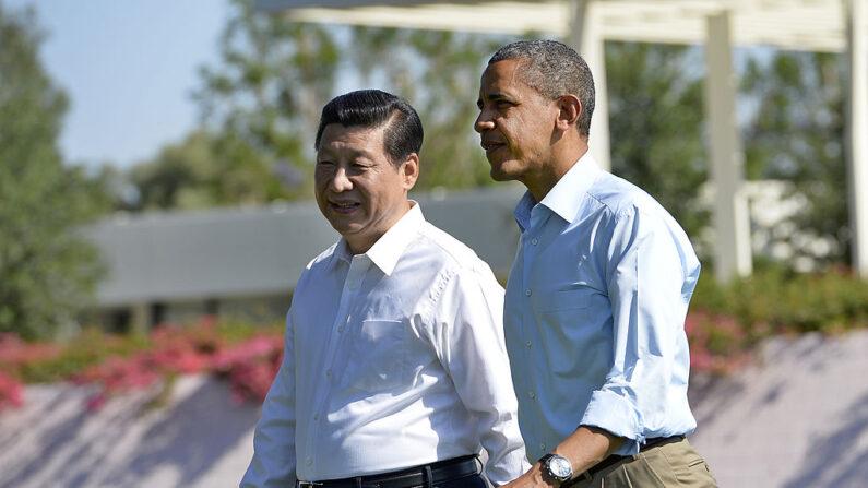 버락 오바마 당시 대통령과 시진핑 중국 공산당 총서기가 2013년 6월 8일(현지시각) 미중 정상회담 기간 산책하고 있다. | JEWEL SAMAD/AFP via Getty Images