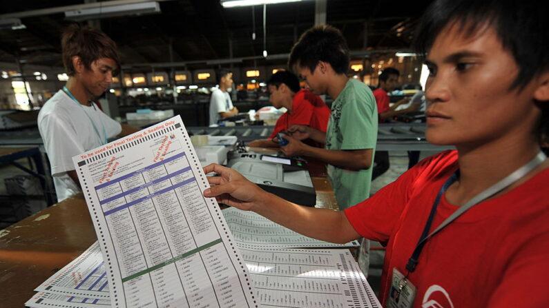 베네수엘라에서 설립된 다국적 전자투표기 업체 스마트매틱 직원이 지난 2020년 5월 5일(현지 시각), 마닐라 남부 카부야오의 회사 건물에서 투표기 시험 운영 후 투표용지를 보여주고 있다. | TED ALJIBE/AFP via Getty Images