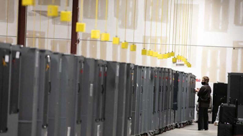 지난 11월 4일(현지 시각) 미국 조지아주의 애틀랜타 풀턴카운티에서 투표장비를 공화당 측 참관인이 살펴보고 있다. | Jessica McGowan/Getty Images
