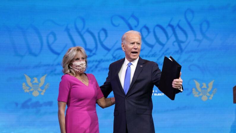 민주당 대선후보 조 바이든 전 부통령이 선거인단 투표에 대한 발언 이후 부인 질 여사와 함께 사진 촬영에 응하고 있다. | Photo by Drew Angerer/Getty Images