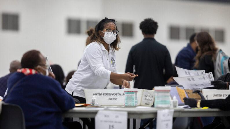 미시간주 디트로이트 개표소에서 한 선거 사무원이 부재자 투표를 개표하고 있다. | Elaine Cromie/Getty Images