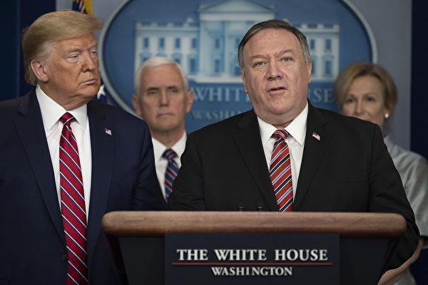 마이크 폼페이오 미 국무장관(오른쪽 두번째)이 발언하는 가운데, 도널드 트럼프 대통령(맨 왼쪽)과 마이크 펜스 부통령(왼쪽 두번째)가 지켜보고 있다.