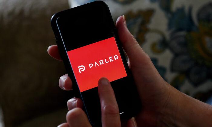 팔러(Parler)의 스마트폰 SNS 애플리케이션 로고 | Photo by OLIVIER DOULIERY/AFP via Getty Images