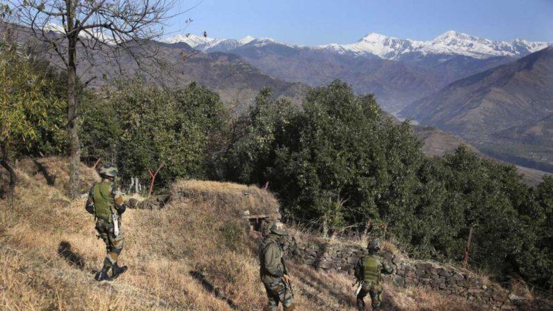 인도 잠무지역 파키스탄 국경지대에서 순찰하는 인도군 | AP=연합