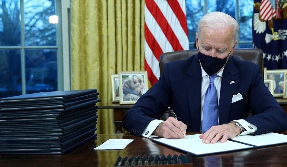 바이든, 취임 첫날 기후협약 재가입 등 행정명령 17건 서명
