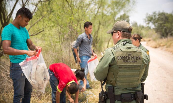 미국 텍사스 국경수비대 대원들이 밀입국했다가 붙잡힌 멕시코인들을 호송차량에 태우기 전 소지품을 정리하도록 하고 있다. 2017.5.26 | Benjamin Chasteen/The Epoch Times)