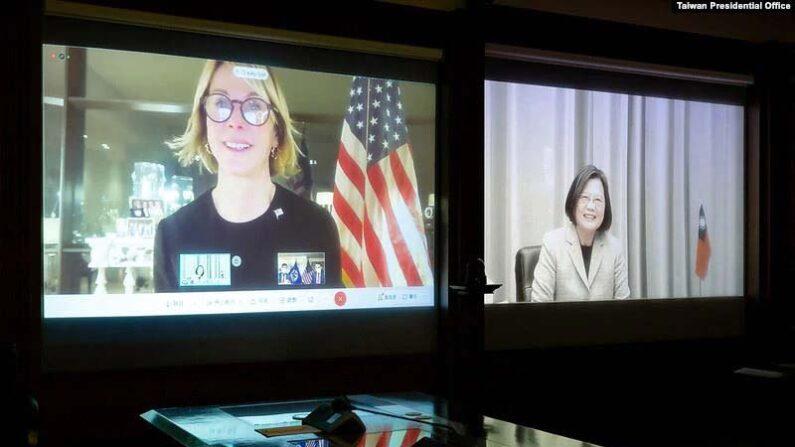 켈리 크래프트 유엔 주재 미국 대사(왼쪽)가 차이잉원 대만 총통과 화상 통화를 하고 있다. | 중화민국 총통부 홈페이지