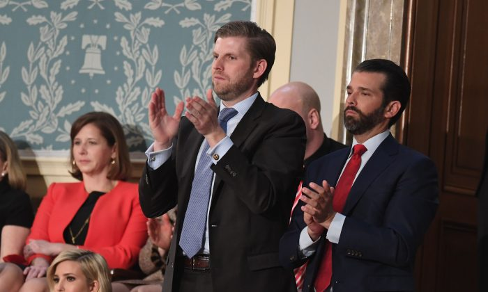 에릭 트럼프(가운데 남성)와 도널드 트럼프 주니어(오른쪽)이 지난 2019년 2월 5일(현지시각) 아버지 도널드 트럼프 대통령의 의회 합동회의 연설에 박수를 보내고 있다. | Saul Loeb/AFP/Getty Images