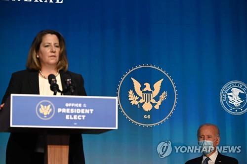 리사 모나코(좌) 법무차관 지명자와 조 바이든 대통령 당선인 | AFP=연합