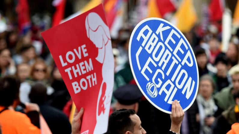 미국의 생명 보호(낙태 반대) 시위와 낙태 찬성 시위대가 엇갈리고 있다.2020.1.24(현지시각) 촬영 |  OLIVIER DOULIERY/AFP via Getty Images