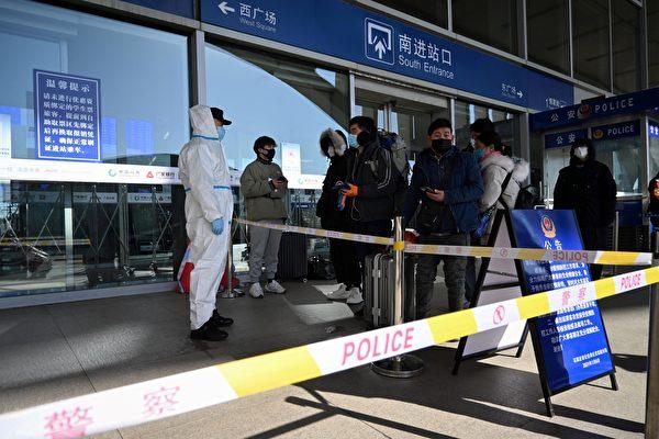 중국 허베이성 스자좡시에서 6개월만에 중국 전역에서 최대 규모로 중공 바이러스 재확산이 발생한 가운데, 시를 외부로 빠져나가는 교통 차단에 들어갔다. 사진은 기차역 앞에서 대기하고 있는 사람들. 2021.1.7 | STR/CNS/AFP via Getty Images=연합