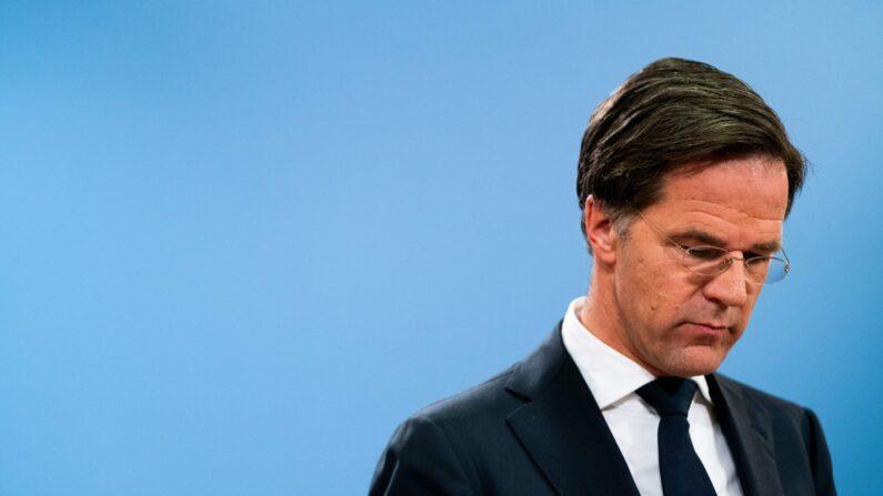 마르크 뤼터 네덜란드 총리가 보육수당 수령과 관련해,수천 명의 부모를 사기죄로 기소해 거액의 과징금을 부과했다가, 잘못된 조치임을 시인하고 사임서를 재출한 뒤 네덜란드 헤이그에서 기자회견을 열고 있다.   BART MAAT/ANP/AFP via Getty Images