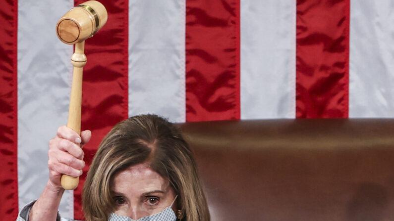 낸시 펠로시 미 하원의장이 미국 117대 의회 첫 회의에서 의사봉을 높이 치켜들고 있다. 2021.1.3 | Tasos Katopodis/Getty Images
