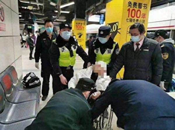 지난 17일 중국 상하이의 지하철 1호선 차오바오루(漕宝路)역에서 흰 옷차림의 남성이 정신을 잃고 쓰러져, 역무원과 경찰이 출동했다. | 에포타임스에 제보