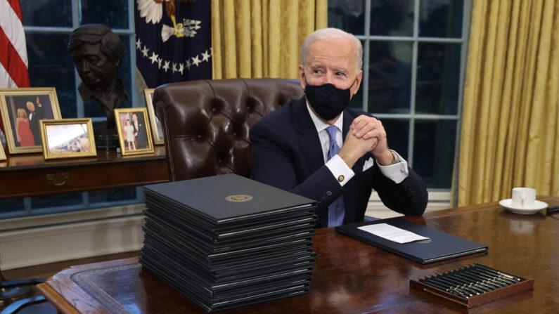조 바이든 미국 대통령이 취임식 이후 백악관 집무실로 이동해 자리에 앉았다. 책상 위에는 이날 서명하기로 한 행정명령서들과 만년필이 놓여 있다. | Chip Somodevilla/Getty Images