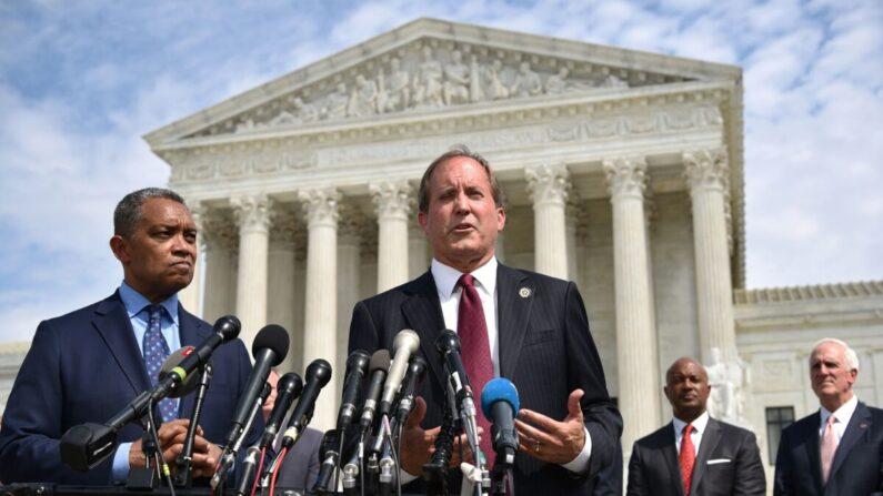 캔 팩스턴 텍사스주 검찰총장 겸 법무장관(가운데)이 발언하고 있다. | Mandel Ngan/AFP via Getty Images