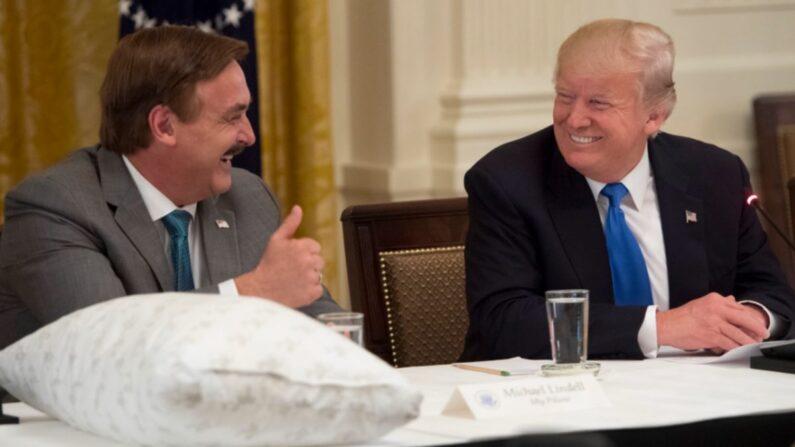 미 침구류 업체 마이 필로우의 마이클 린델 CEO와 도널드 트럼프 대통령 | Saul Loeb/AFP/Getty Images
