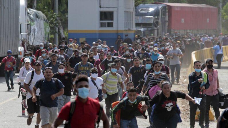 무더기로 국경을 넘어 과테말라로 진입하는 온두라스 이민자들 | AP=연합