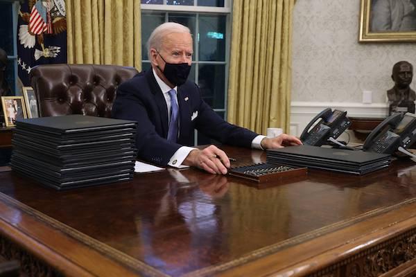 미 백악관 대통령 집무실 '결단의 책상'에 착석한 조 바이든 | AFP=연합