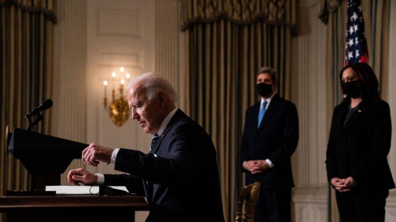 조 바이든 미국 대통령이 카멀라 해리스 부통령(오른쪽)이 지켜보는 가운데 행정명령에 서명하고 있다.    UPI=연합