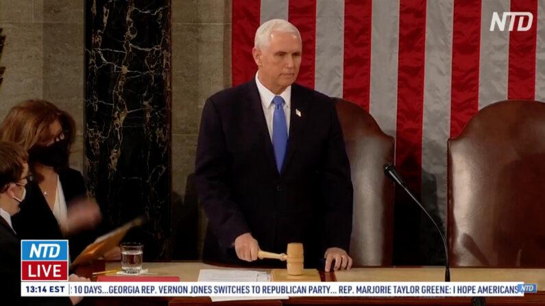 미국 상하원 합동회의에서 마이크 펜스 부통령이 잠시 휴회를 선언하고 상원과 하원에 각각 회의실로 들어가 토론할 것을 요청하고 있다. | NTD 방송화면 캡처