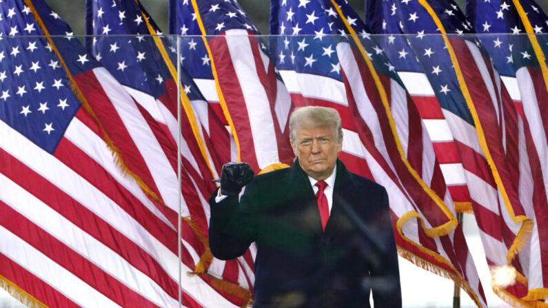 도널드 트럼프 미국 대통령이 지난 1월 6일(현지시각) 미국 워싱턴DC에서 열린 '도둑질을 멈춰라' 집회에 참석해 손을 들어 보이고 있다. | AP Photo/Jacquelyn Martin=연합